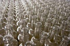 瓶倒空玻璃 威士忌酒和白兰地酒槽坊 免版税库存照片