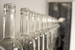 瓶倒空玻璃 威士忌酒和白兰地酒槽坊 库存照片