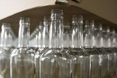 瓶倒空玻璃 威士忌酒和白兰地酒槽坊 库存图片