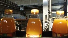 瓶充满汁液沿传动机移动 影视素材