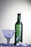 瓶冷饮料冻结的玻璃冰酒 免版税库存照片