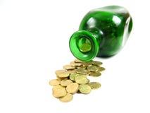 瓶前金子倾吐的视图 免版税库存照片