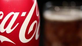 瓶可口可乐和玻璃与冰块 股票视频