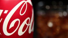 瓶可口可乐和玻璃与冰块 股票录像