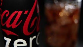 瓶可口可乐零和玻璃与冰块 股票录像
