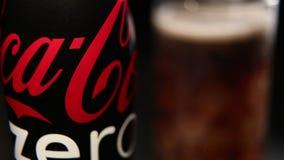 瓶可口可乐零和玻璃与冰块 影视素材