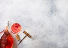 瓶和杯与黄柏和拔塞螺旋开启者的桃红色玫瑰酒红色在石厨房用桌背景 顶视图 文本的空间 库存图片