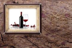 瓶和杯在木背景的酒 库存照片
