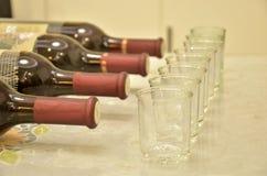 瓶和杯子 免版税库存照片