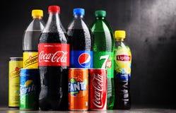 瓶和罐头被分类的全球性软饮料 库存照片