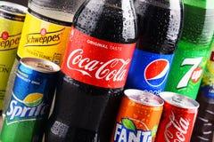 瓶和罐头被分类的全球性软饮料 图库摄影