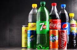 瓶和罐头被分类的全球性软饮料 免版税图库摄影