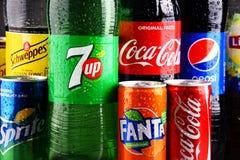 瓶和罐头被分类的全球性软饮料 免版税库存照片
