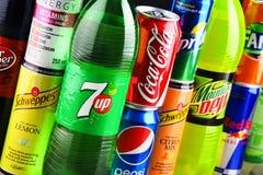 瓶和罐头被分类的全球性软饮料 免版税库存图片