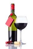 瓶和玻璃红葡萄酒在白色背景 免版税库存图片