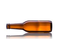 瓶啤酒 beeing的概念连接集中查出的射击工作室包围的技术白色 免版税库存照片