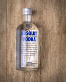 瓶在木的伏特加酒 免版税库存图片