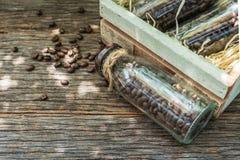 瓶在木箱子的咖啡豆有选择聚焦的指向 库存图片