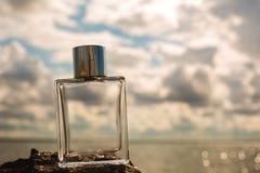 瓶在水背景的香水 库存照片