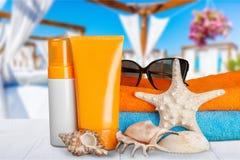 瓶在沙滩的遮光剂化妆水 库存图片