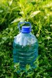 瓶在草的水 库存图片