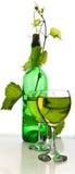 瓶在藤的酒 免版税库存图片