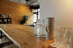 瓶在长的桌上的水在咖啡店 库存照片