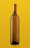 瓶在黄色背景的白葡萄酒 图库摄影