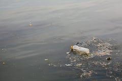 瓶塑料污染river surface water 免版税库存图片