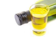 瓶处女橄榄油和橄榄油在一块玻璃在白色backgr 图库摄影