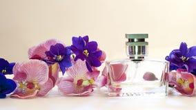 瓶妇女在桃红色背景的` s香水 免版税图库摄影