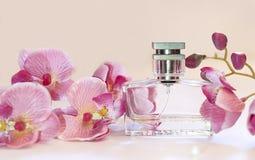 瓶妇女在桃红色背景的` s香水 免版税库存图片