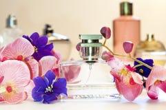 瓶妇女在桃红色背景的` s香水 库存照片