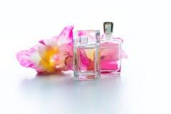 瓶妇女` s香水和一朵精美花 免版税库存图片
