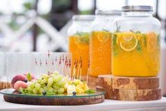 瓶子与冰和薄菏的鲜美新鲜的橙色柠檬水 免版税库存照片