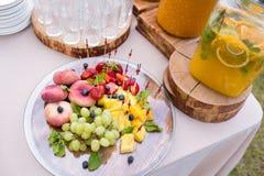 瓶子与冰和薄菏的鲜美新鲜的橙色柠檬水 免版税库存图片