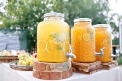 瓶子与冰和薄菏的鲜美新鲜的橙色柠檬水 免版税图库摄影