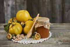 瓶子与匙子和柑橘的果酱与在木土气b的叶子 库存照片