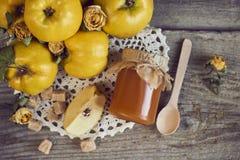 瓶子与匙子和柑橘的果酱与在木土气b的叶子 图库摄影