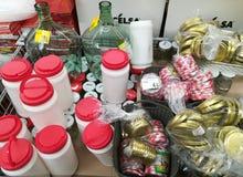 瓶子和篮装的细类颈大坛 免版税库存图片