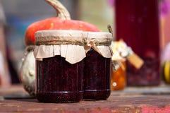 瓶子在一个木板的果酱 库存图片