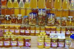 瓶子在市场上的蜂蜜 免版税库存图片