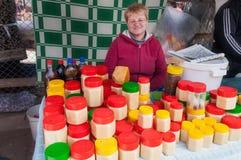 瓶子在星期天市场上的蜂蜜在Bosteri 伊塞克湖 吉尔吉斯斯坦 库存照片