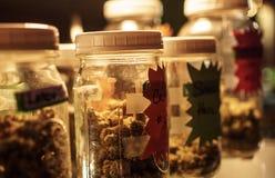 瓶子在显示的大麻 免版税库存照片