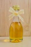 瓶子在木桌上的蜂蜜 免版税库存照片