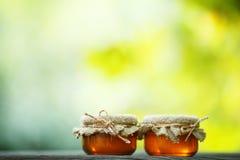 瓶子在环境式的蜂蜜 库存图片