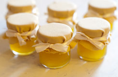 瓶子在白色桌果酱的蜂蜜 免版税图库摄影