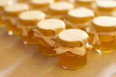瓶子在白色桌果酱的蜂蜜 免版税库存图片