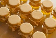 瓶子在白色桌果酱的蜂蜜 免版税库存照片