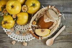 瓶子在篮子的与叶子的果酱和柑橘在木土气ba 库存照片
